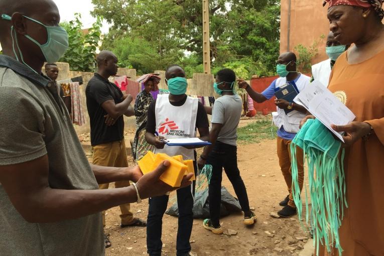 Les équipes de MSF distribuent des masques lavables et du savon à des familles de Bamako, et mènent des activités de sensibilisation aux gestes barrières pour se protéger du Coronavirus.