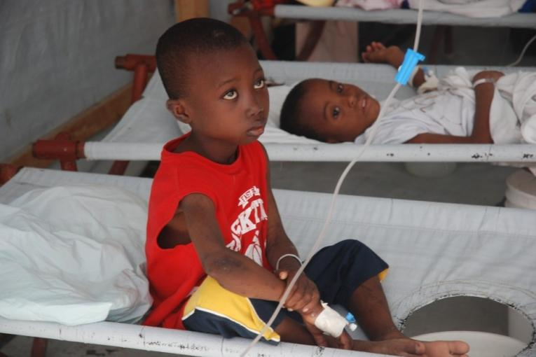 Jeunes patients atteints du choléra pris en charge par MSF en octobre 2011 à Port au Prince