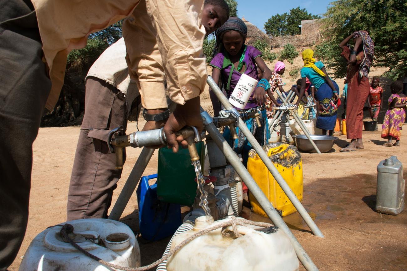 Un point d'eau installé par MSF près du lit de la rivière Bahr Azoum, dans le quartier de Ganatir, dans la ville d'Am Timan.  © Abdoulaye Barry