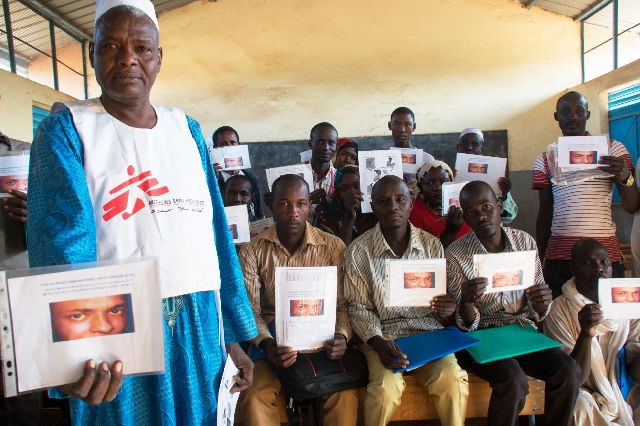Équipe de promotion de la santé en cours de séance d'éducation. Cette activité vient en complément de la réponse médicale et des initiatives d'assainissement de l'eau.  © Abdoulaye Barry