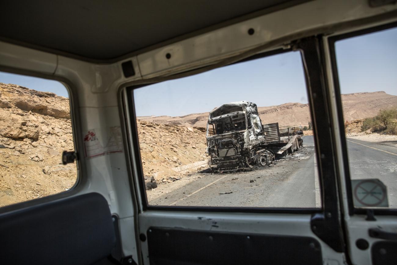Un camion contenant de la nourriture a été bombardé dans la nuit du 22 février 2018 par la coalition internationale dirigée par l'Arabie saoudite et les Émirats arabes unis. La coalition a déclaré avoir visé un checkpoint tenu par les Houthis.  © Agnès Varraine-Leca/MSF