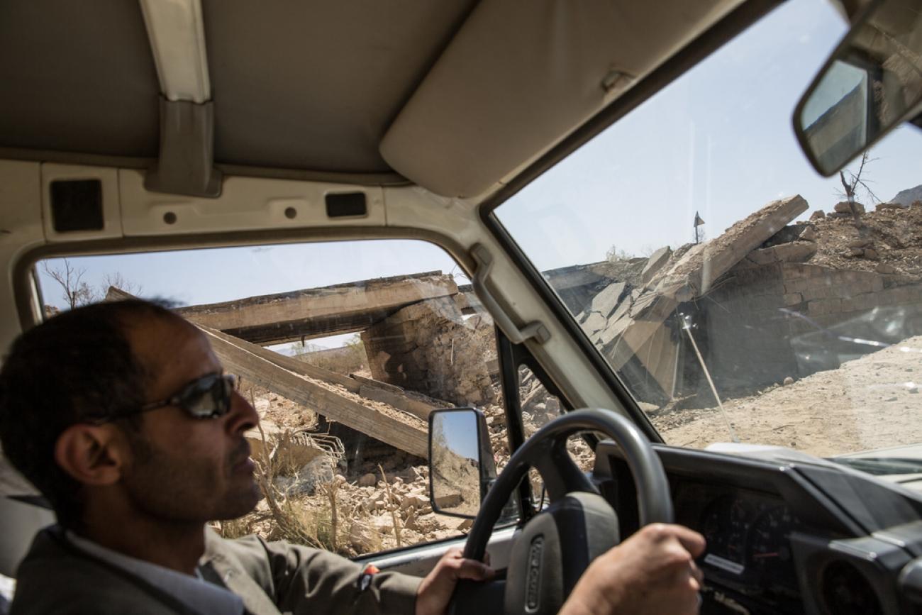 La route entre Saada et Khamer, bombardée par la coalition internationale dirigée par l'Arabie saoudite et les Émirats arabes unis.  © Agnès Varraine-Leca/MSF