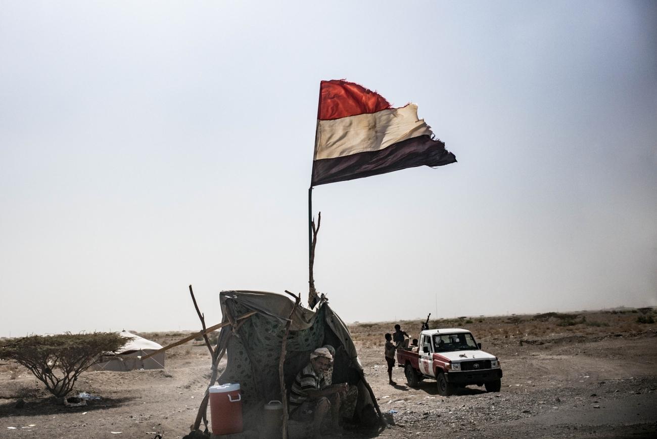 Yémen, novembre 2018. L'un des checkpoints tenus par les forces pro-gouvernementales, sur la route reliant Aden à Mocha. Avant l'ouverture de l'hôpital MSF, les blessés de guerre sur le front de Hodeidah étaient transférés à Aden, à plus de six heures de voiture.  © Guillaume Binet / MYOP