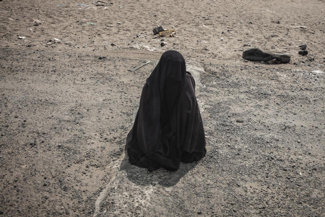 Yémen, novembre 2018. Une femme mendie sur le bord d'une route à Aden.  © Guillaume Binet / MYOP