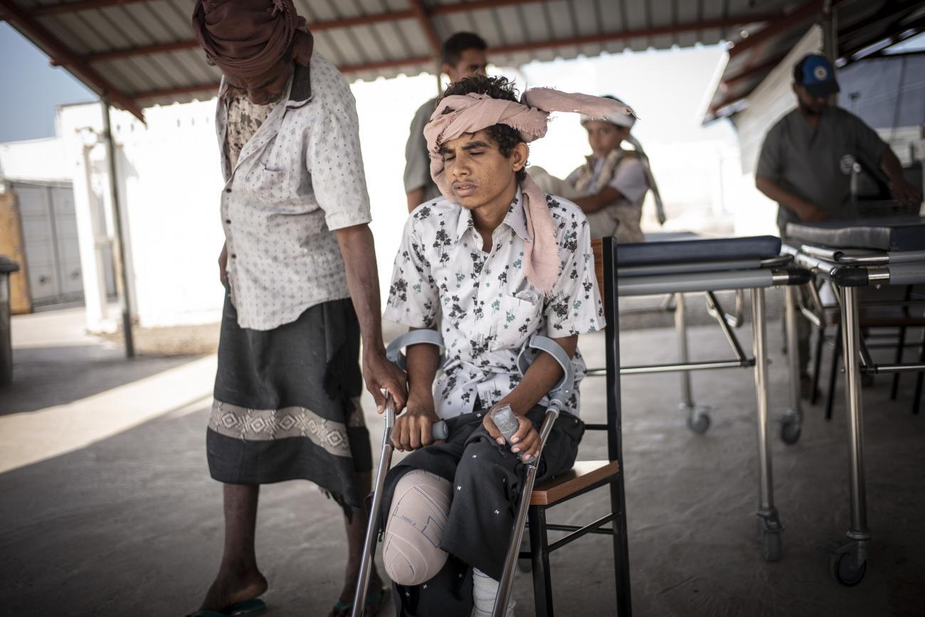 Yémen, novembre 2018. Ali, 18 ans, fait des séances de rééducation deux fois par semaine à l'hôpital MSF de Mocha. Il a été blessé dans l'explosion d'une mine alors qu'il était dans les champs de Mawza, à l'est de Mocha.  © Guillaume Binet / MYOP