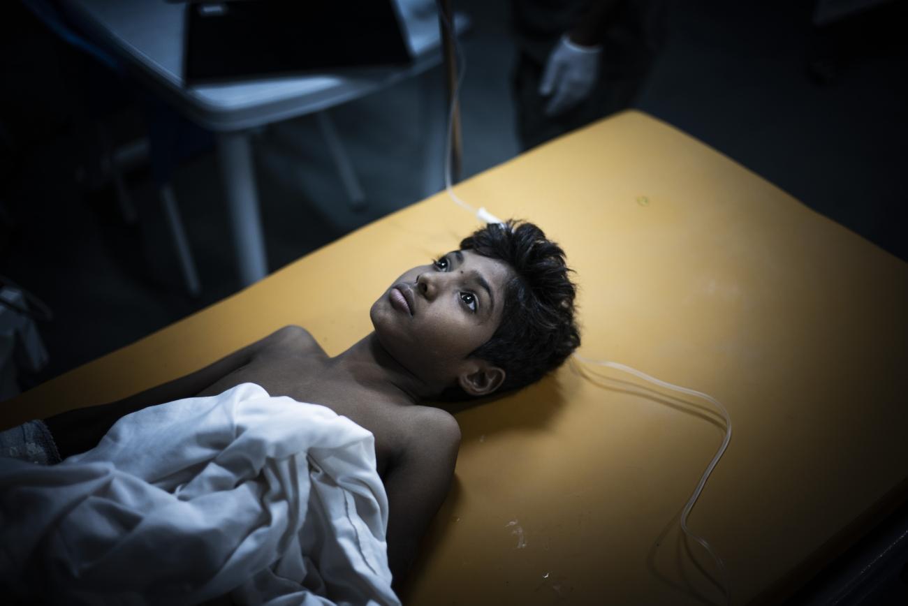 Yémen, novembre 2018. Un adolescent victime d'une explosion de mines est soigné aux urgences de l'hôpital MSF de Mocha.  © Guillaume Binet / MYOP