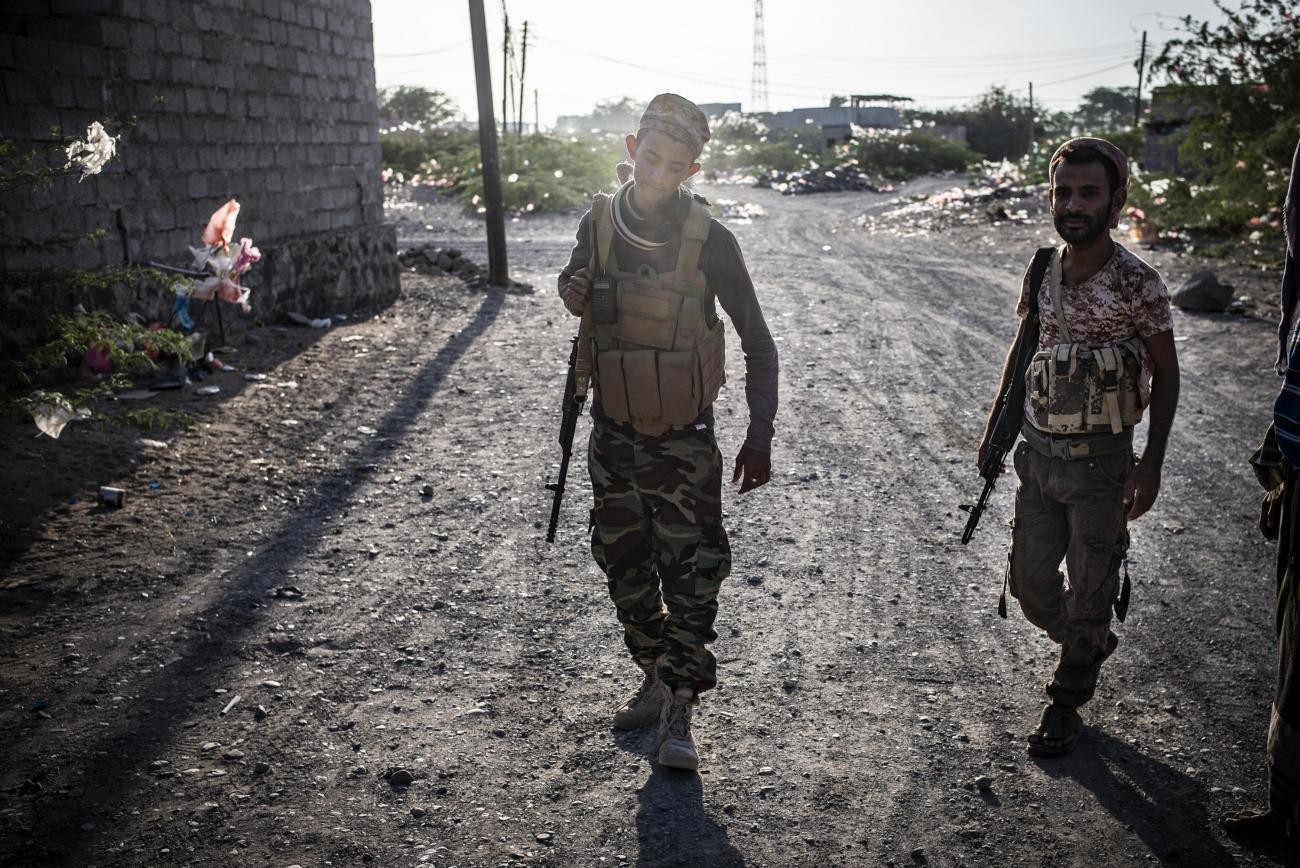 Yémen, novembre 2018. Un jeune militaire marche dans les rues de la ville de Mocha.  © Guillaume Binet / MYOP