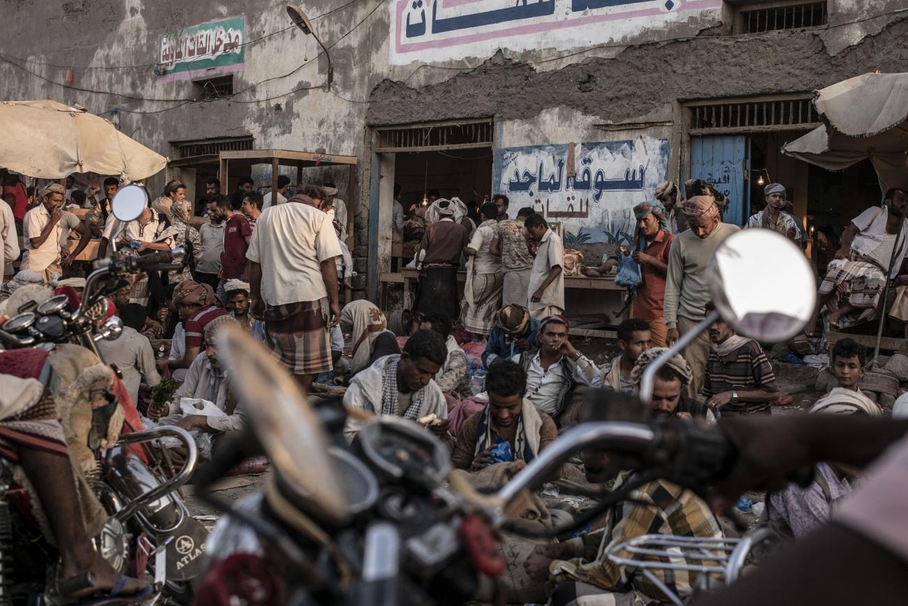 Yémen, novembre 2018. Marché au qat de la ville de Mocha.  © Guillaume Binet / MYOP
