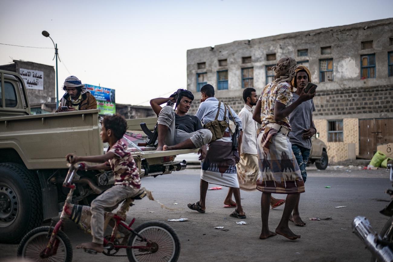 Yémen, novembre 2018. Ville de Mocha. Un homme en arme se repose à l'arrière d'un véhicule. Mocha est située à deux heures des lignes de front, au sud de Hodeidah.  © Guillaume Binet / MYOP
