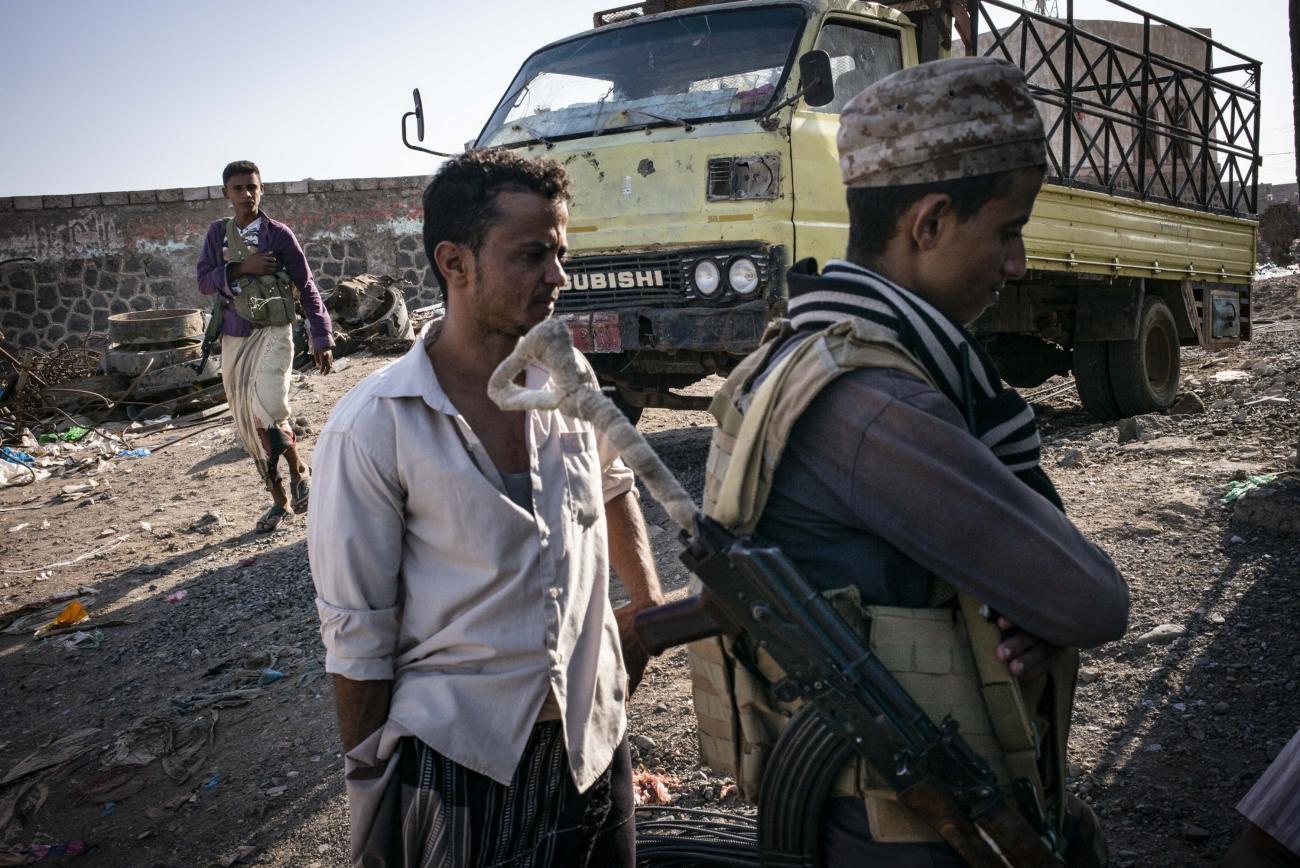 Yémen, novembre 2018. Ville de Mocha. Base arrière des forces armées yéménites pro-gouvernementales, mais aussi de leurs alliés, Mocha est un carrefour stratégique où se rejoignent les routes venant de Hodeidah et de Taiz. A l'est de la ville s'étend la ligne de front, où les combats font rage et où MSF soutient deux postes médicaux avancés, dans les villes de Hays et de Mafraq Al Mocha.  © Guillaume Binet / MYOP