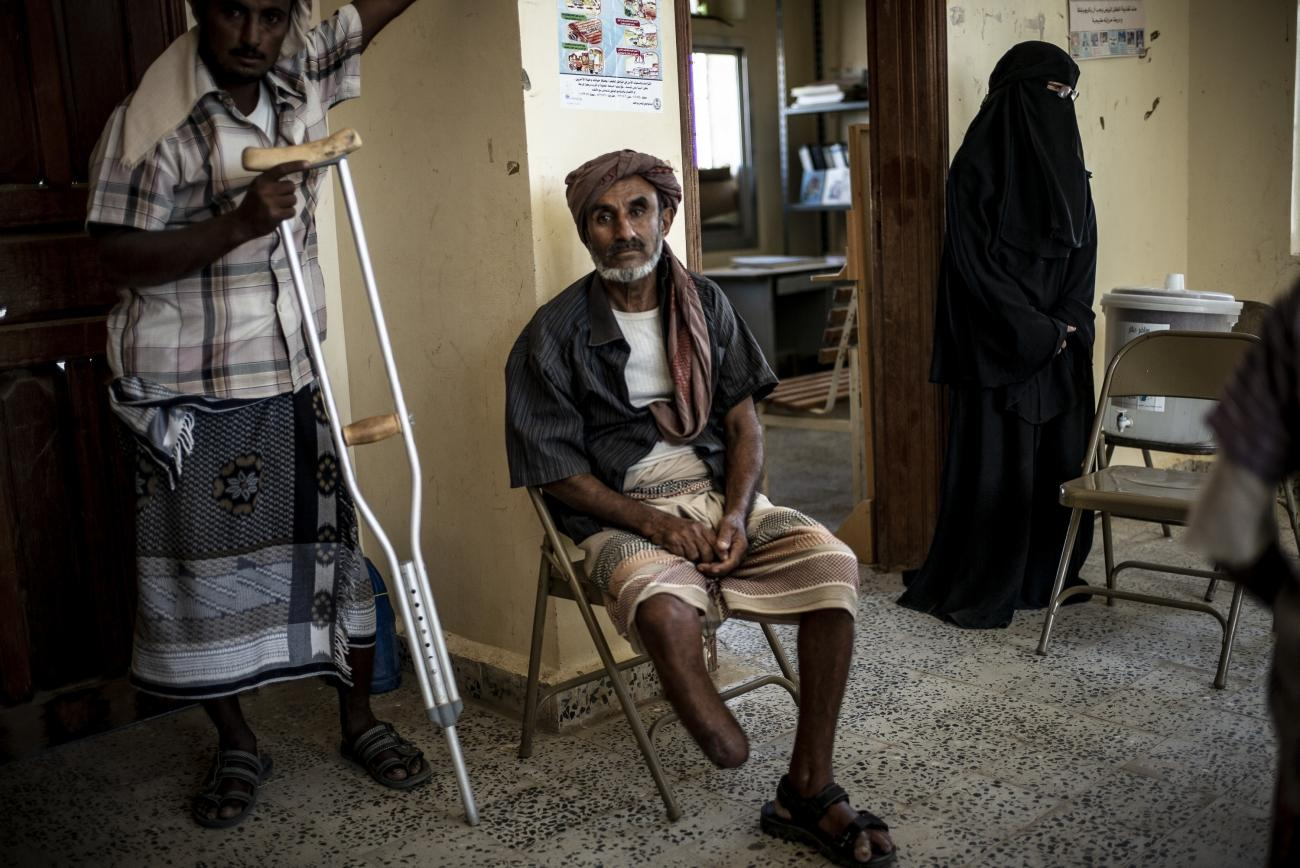 Yémen, novembre 2018. Région de Mawza, entre les villes de Mocha et Taiz. Abdel Ali est berger et vit dans le village d'Al Aysim. Il a perdu sa jambe droite dans l'explosion d'une mine. Deux autres membres de sa famille ont également été blessés dans des incidents similaires. La présence de mines dans la région a des conséquences dramatiques sur la population civile. Les routes et les champs ont été minés, les rendant inexploitables et entraînant la perte de moyens de subsistance pour la population.  © Guillaume Binet / MYOP