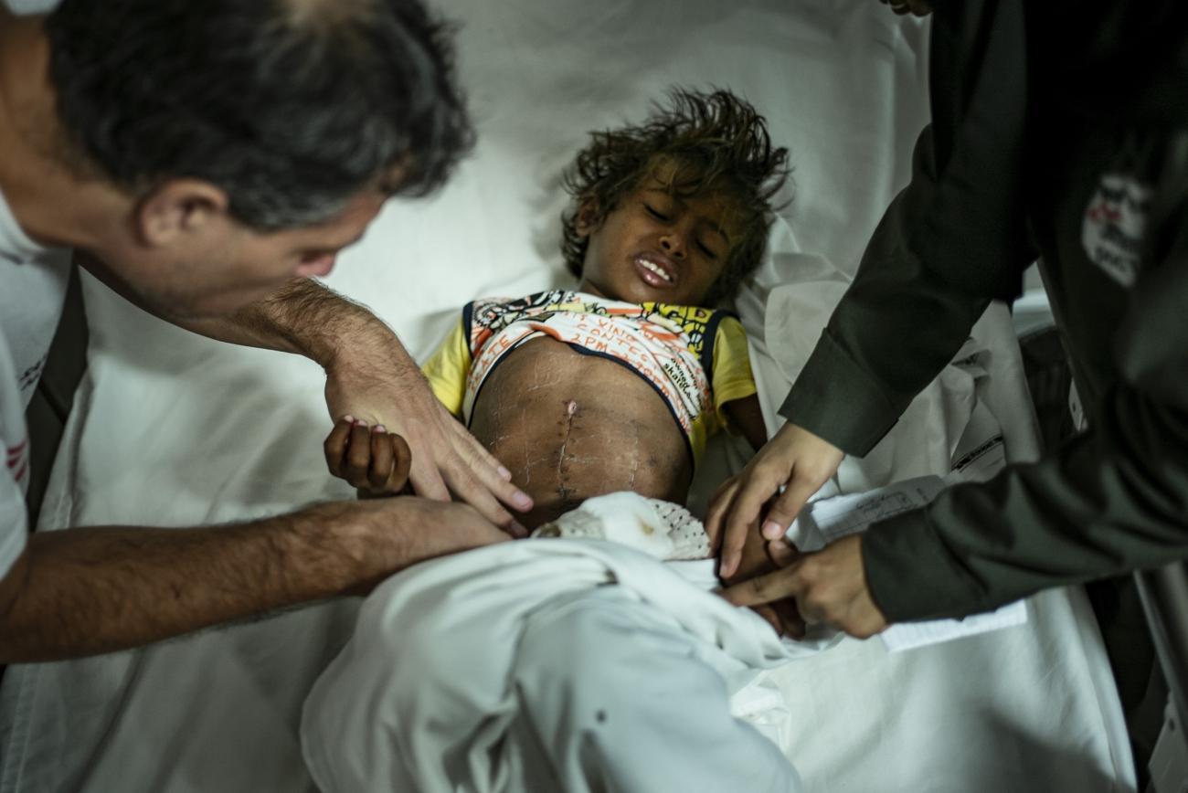 Yémen, novembre 2018. Hôpital MSF de Mocha. Cet enfant a été opéré afin de lui retirer une balle de l'abdomen. Stabilisées sur le front, les victimes de guerre, blessées par balles ou dans des explosions, sont transférées vers l'hôpital MSF de Mocha. Le trajet peut prendre plusieurs heures en fonction de l'intensité des combats et des références. Les patients arrivent souvent tard à l'hôpital, et dans des conditions critiques.  © Guillaume Binet / MYOP