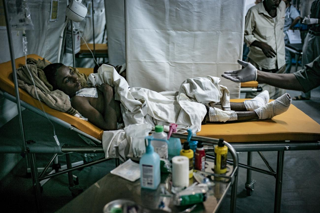 Yémen, novembre 2018. Un patient est soigné aux urgences de l'hôpital MSF de Mocha.  © Guillaume Binet / MYOP
