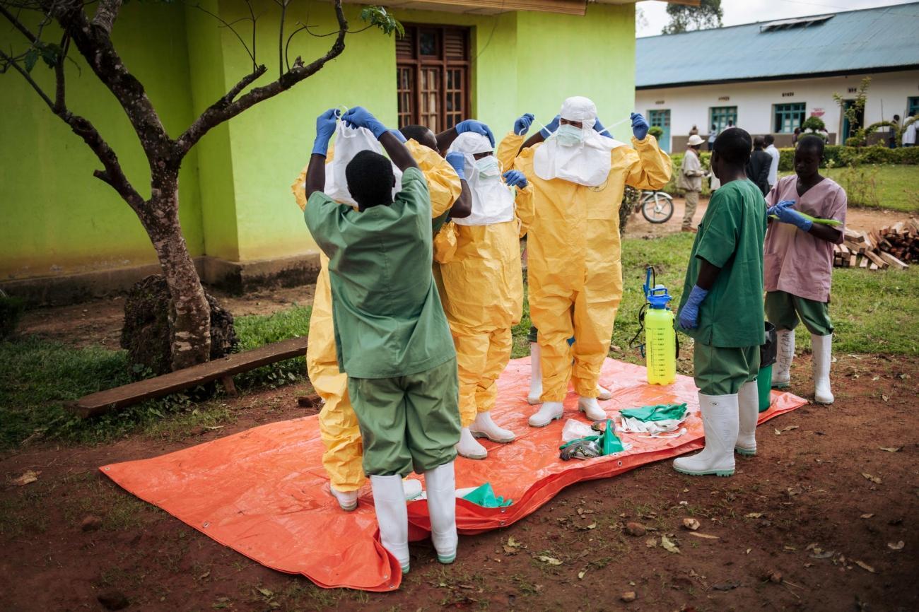 Des travailleurs de santé MSF retirent leurs équipements de protections individuels. République démocratique du Congo. 2018.  © Alexis Huguet