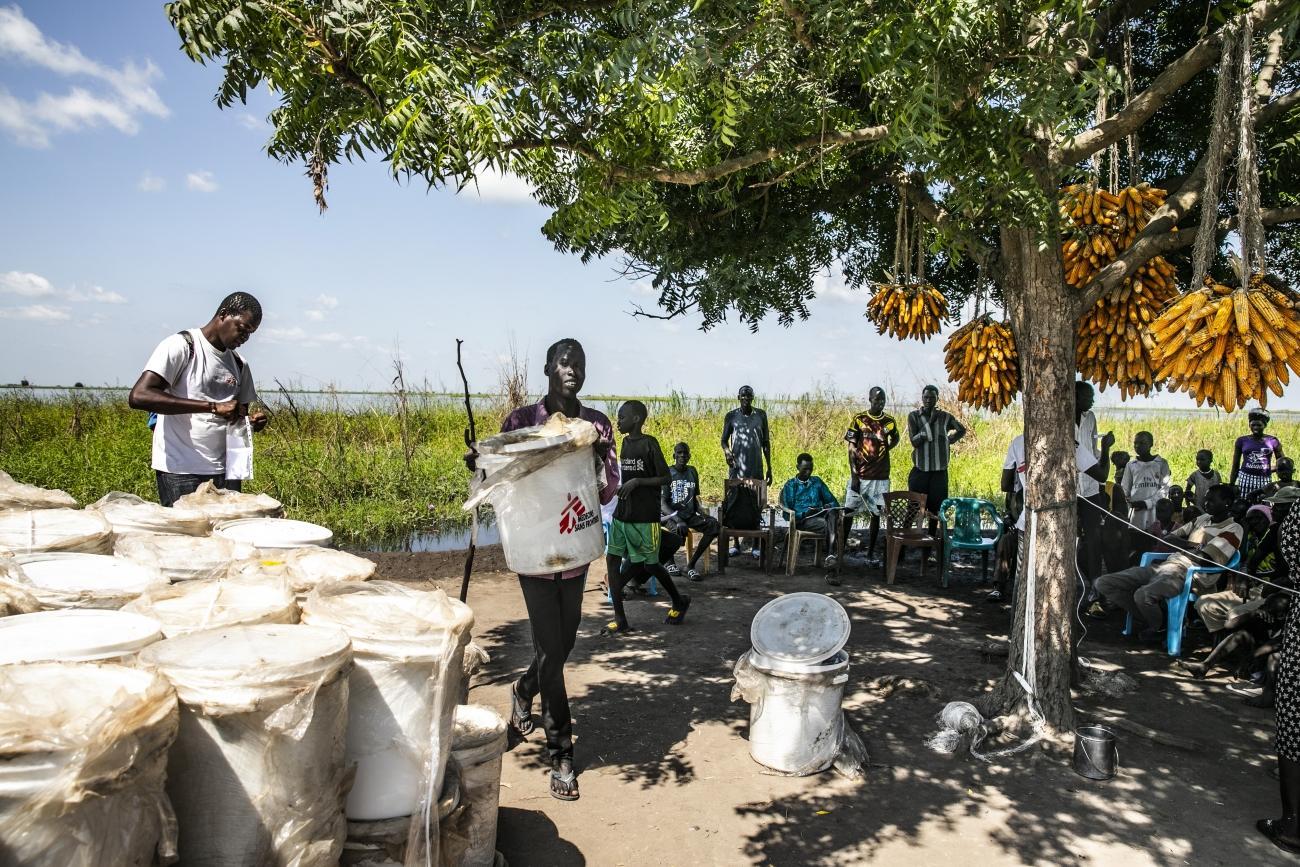 Distribution de kits d'urgence dans les zones inondées et difficilement accessibles.  © Nicola Flamigni/MSF
