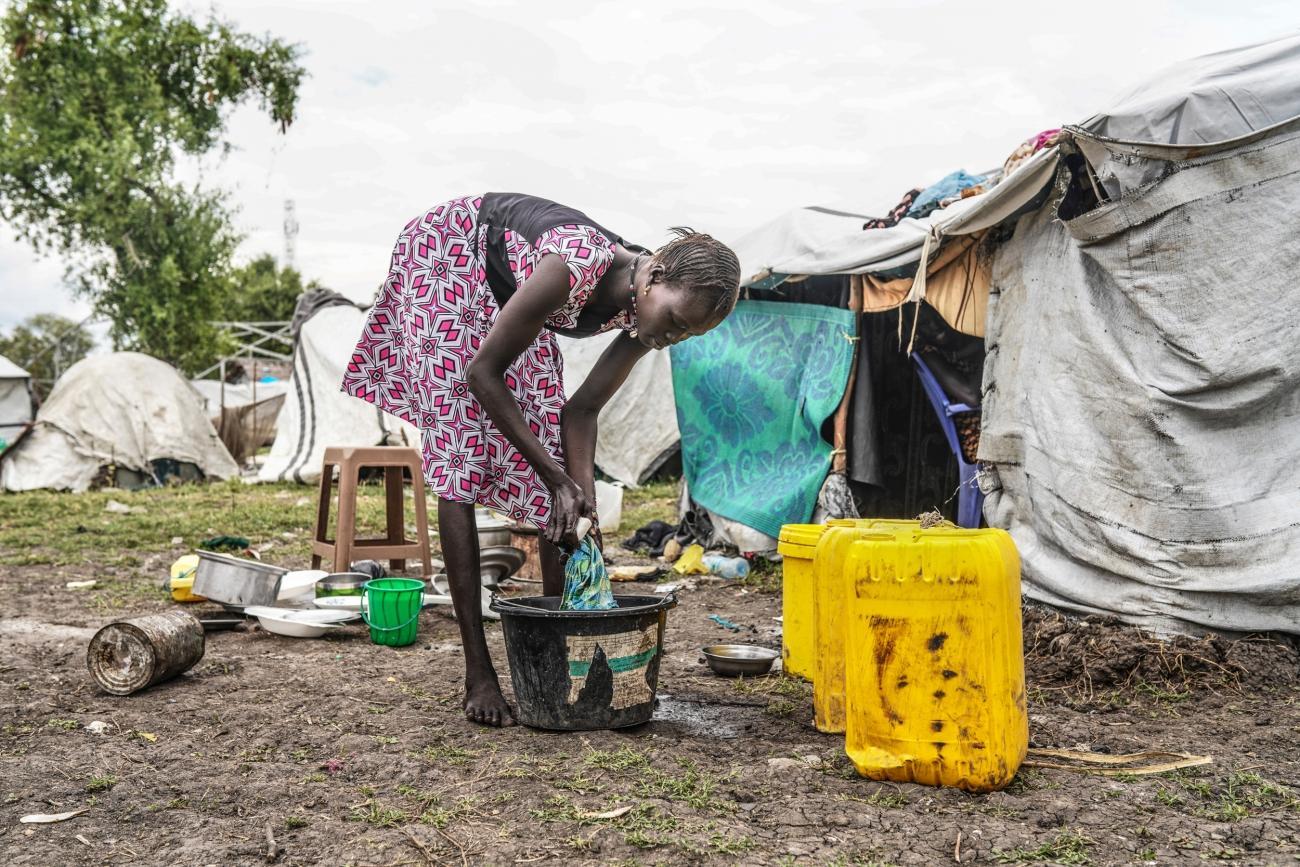 Une femme lave son linge dans le camp de Pibor, au Soudan du Sud, décembre 2019.  © MSF