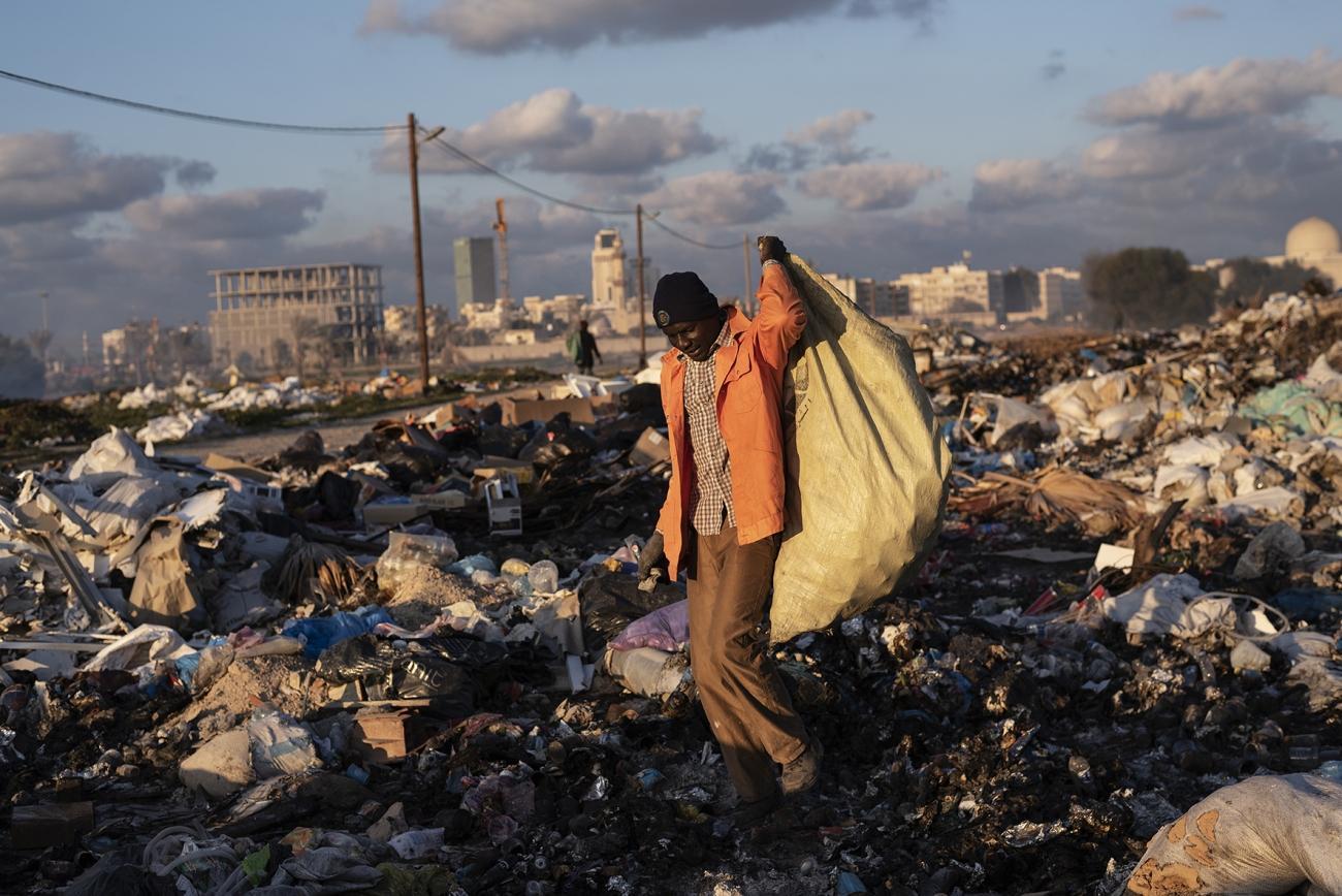Mohammed, originaire du Mali, vit en Libye depuis 2015. Il veut retourner dans son pays mais n'a pas assez d'argent pour le moment. Il est venu en Libye pour échapper au conflit malien et trouver du travail pour subvenir à ses besoins et à ceux de sa famille. Depuis son arrivée, il travaille comme ouvrier pour la municipalité contre un salaire minime. Pour gagner plus d'argent, il ramasse également la ferraille dans une décharge près de l'entrée de la ville. Il reçoit un dinar libyen (0,64 €) pour chaque kilogramme de métal collecté.Tripoli. Janvier 2020.  © Giulio Piscitelli