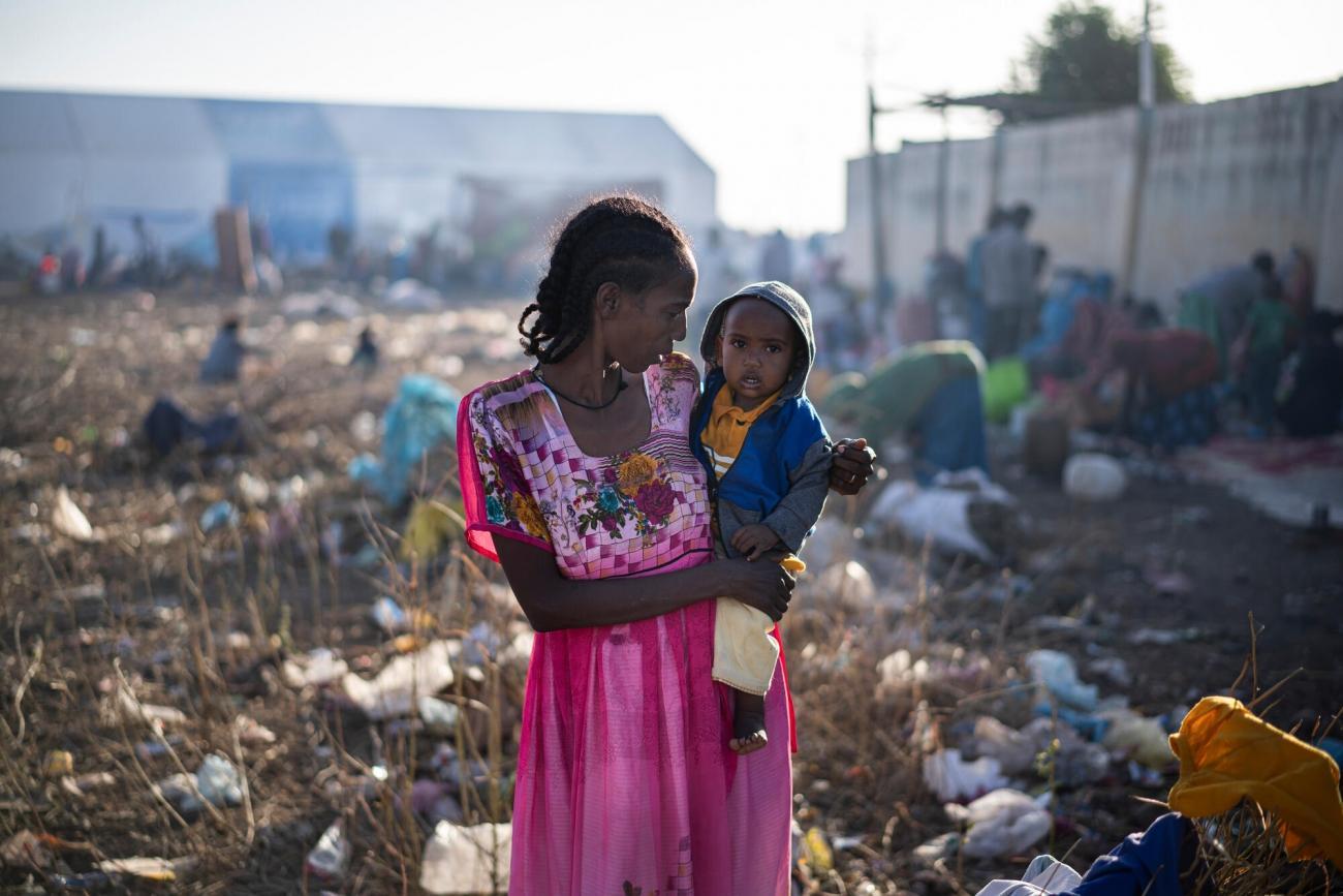 Une femme tient un enfant dans ses bras à Hamdayet, à la frontière entre l'Ethiopie et le Soudan. Ils ont fui les violences en cours dans le Tigré depuis le 4 novembre 2020.  © Olivier Jobard/MYOP