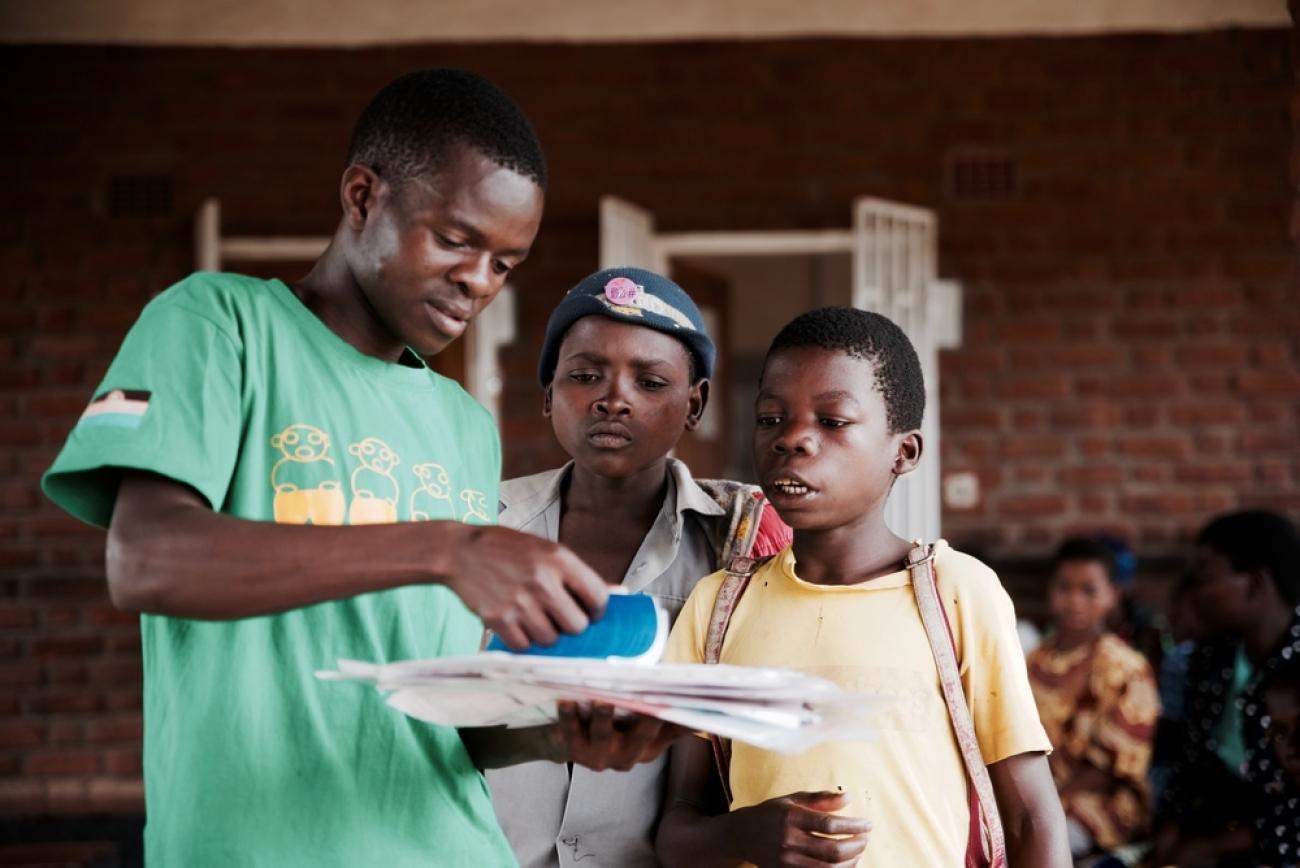 Chilungamo, un des mentors du Teen club, discute avec des participants. Mars 2020. Malawi.  © Francesco Segoni/MSF