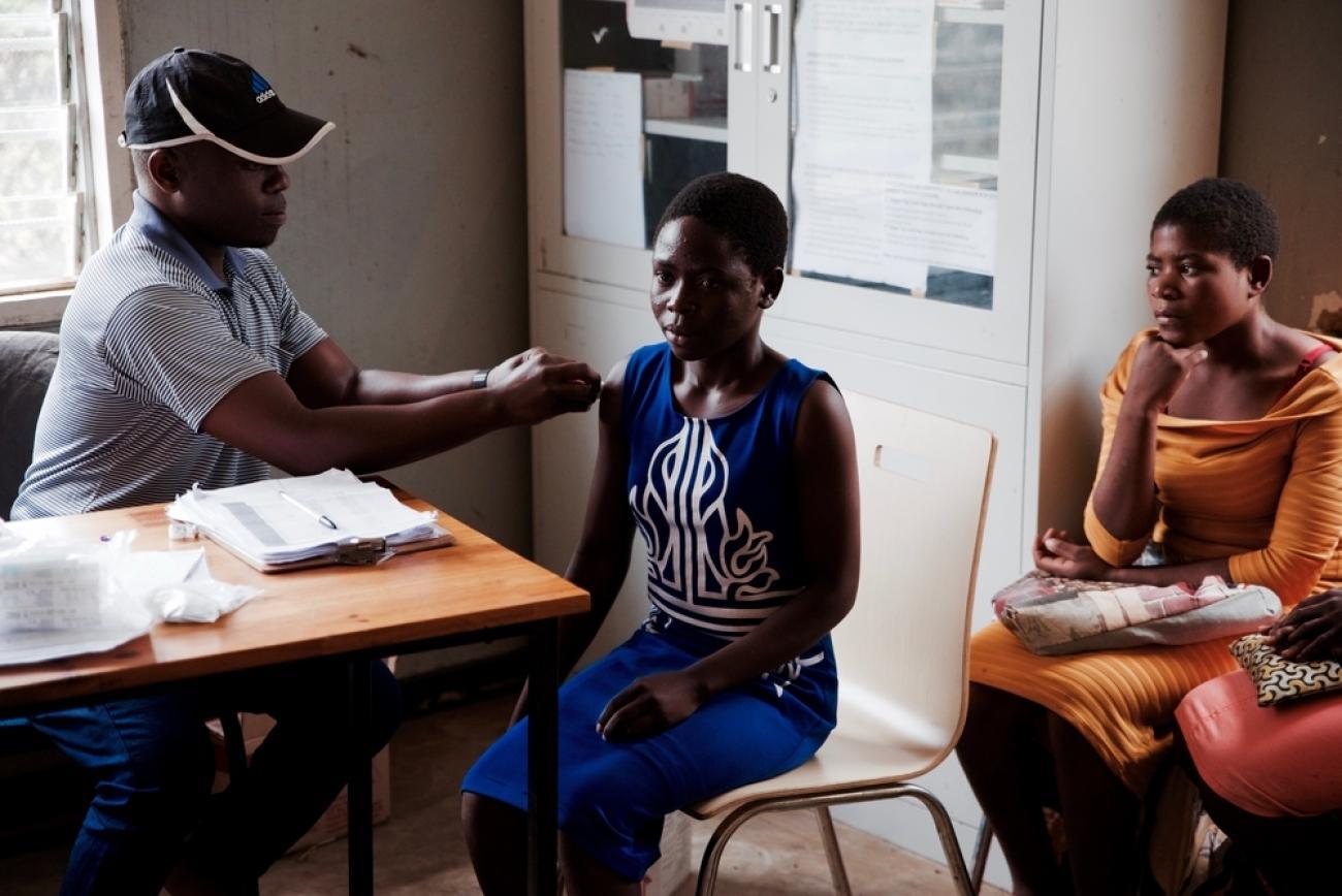 Des adolescentes reçoivent des soins durant un Teen club. Mars 2020. Malawi.      © Francesco Segoni/MSF