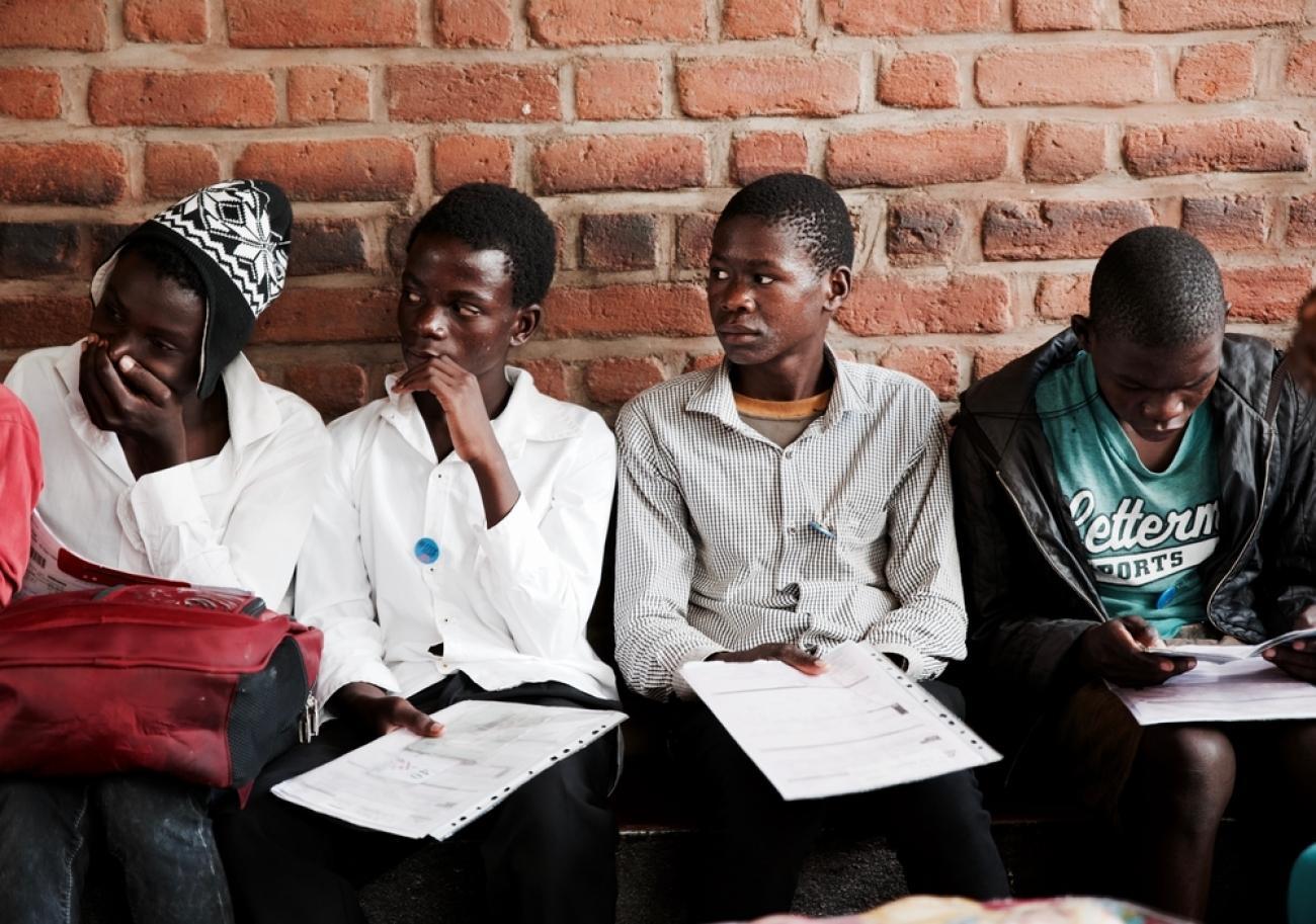 Des adolescents attendent leur tour pour recevoir une consultation médicale. Mars 2020. Malawi.  © Francesco Segoni/MSF