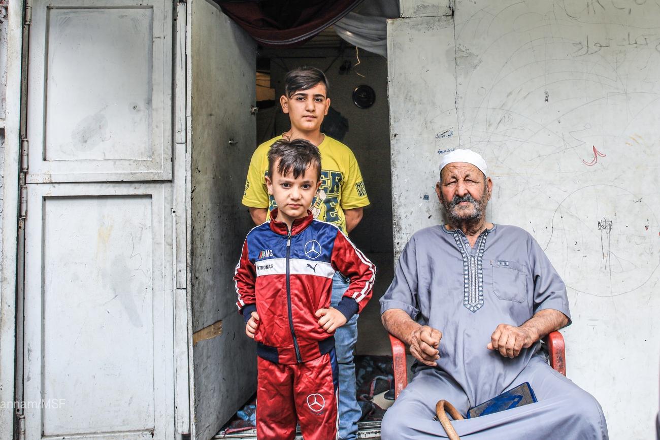 Obaid Ibrahim,81 ans, vient de Palmyre, en Syrie. Il ne peut pas marcher et il a constamment besoin d'aide. Il vit avec la famille de son filsdans le garage d'un mécanicien.  © Mohammad Ghannam/MSF