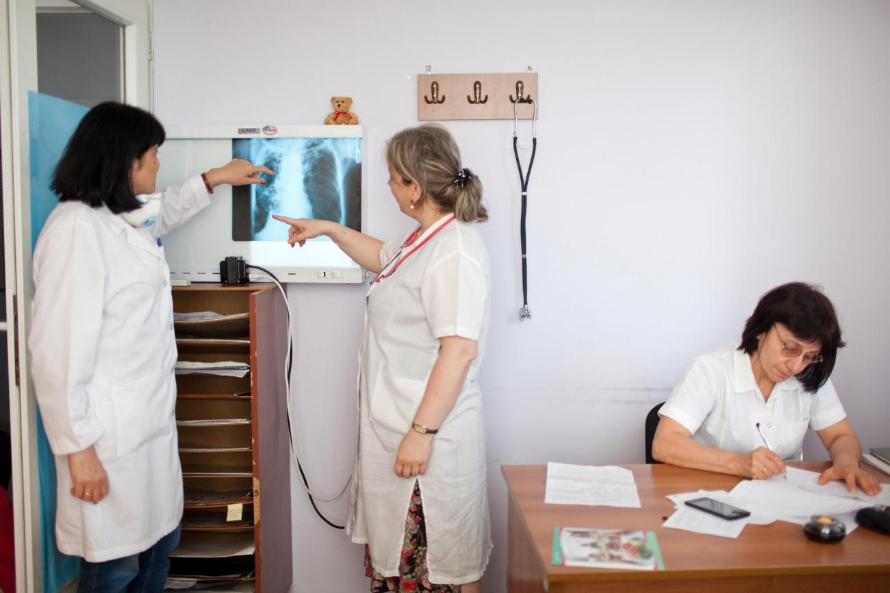 Le Dr Iza Jikia (gauche) et le Dr Nino Dzidzikashvili (centre) analysent la radiographie pulmonaire d'un patient atteint d'une tuberculose multirésistante au centre national de traitement de la tuberculose et des maladies pulmonaires de la capitale géorgienne, Tbilissi. Selon le Dr Jikia, les nouveaux médicaments antituberculeux rendent les patients plus optimistes quant à leur guérison d'une forme multirésistante de la maladie. « Bien sûr, les patients comptent encore davantage sur ces antibiotiques que sur les précédents car ils observent des résultats encourageants. »  © Daro Sulakauri/MSF