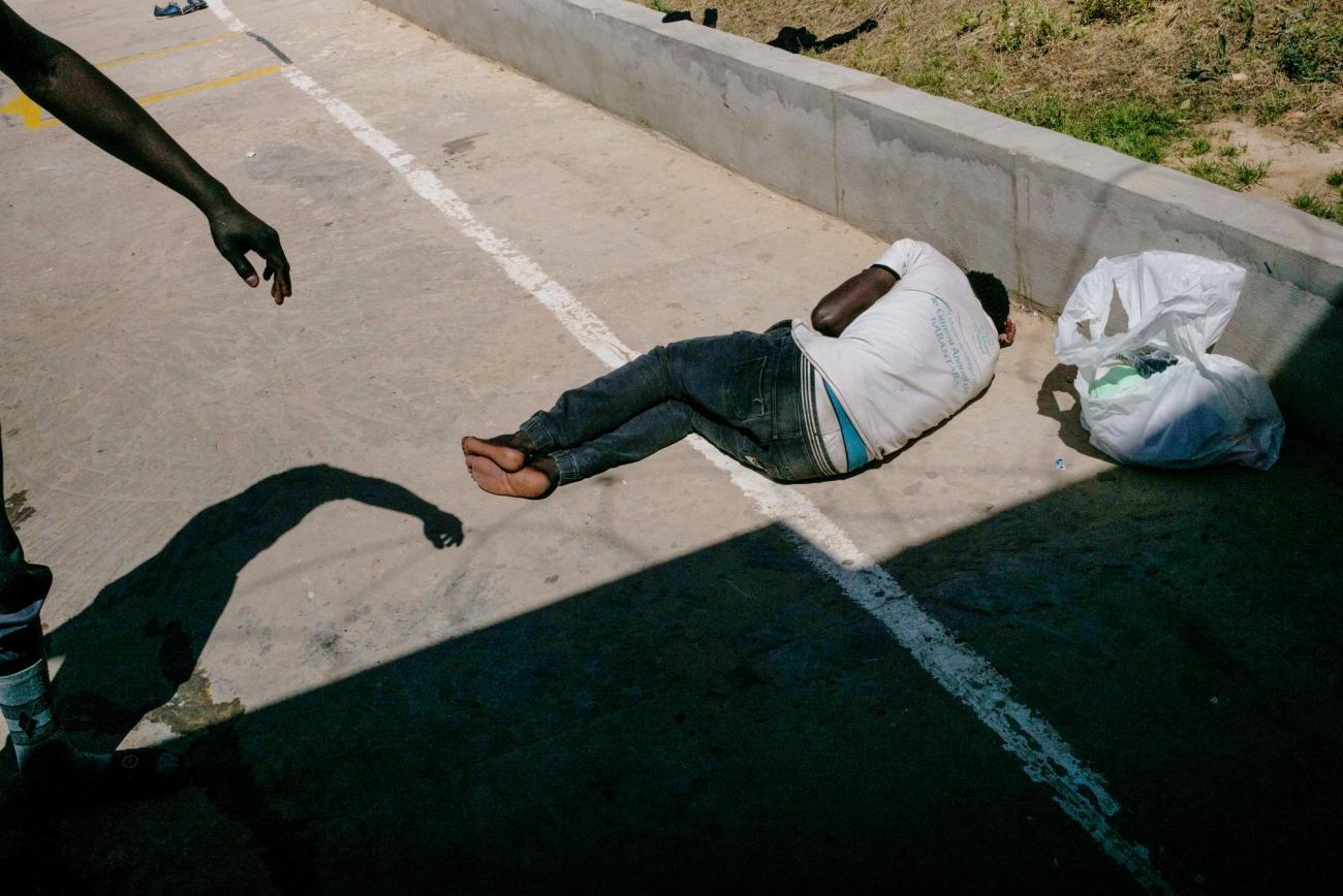 Un groupe de nouveaux détenus arrive dans le centre d'Abu Salim. Un homme n'est même pas en état de se lever.  © Guillaume Binet/Myop