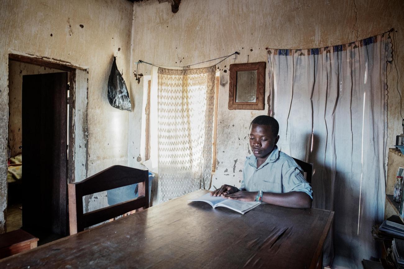 Alfred Nema, 18 ans, du village deNtweya. Il est pris en charge par MSF pour le VIH et la tuberculose.  © Luca Sola