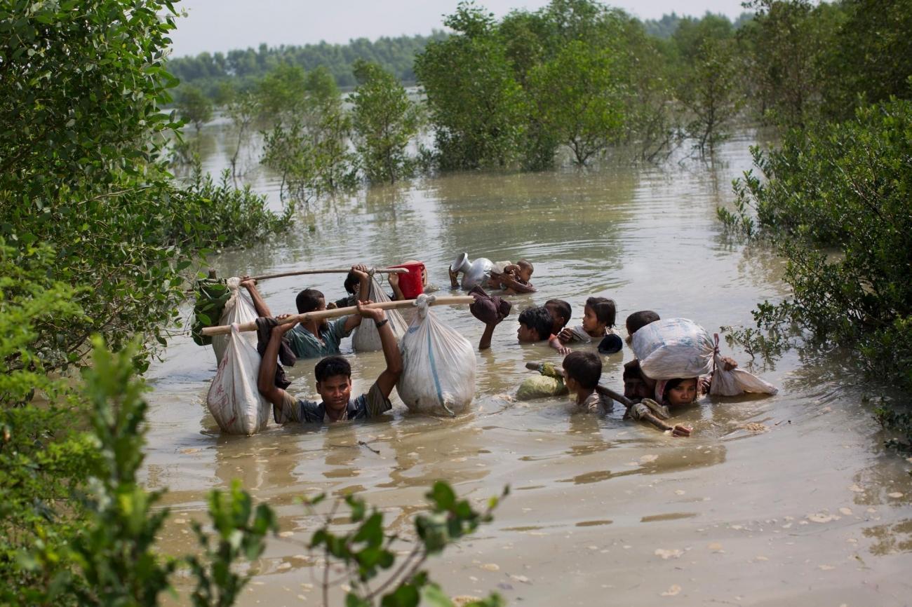Une famille rohingya atteint la frontière entre le Myanmar et le Bangladesh, dans le district de Cox Bazar.  © Bernat Armangue/AP PHOTO