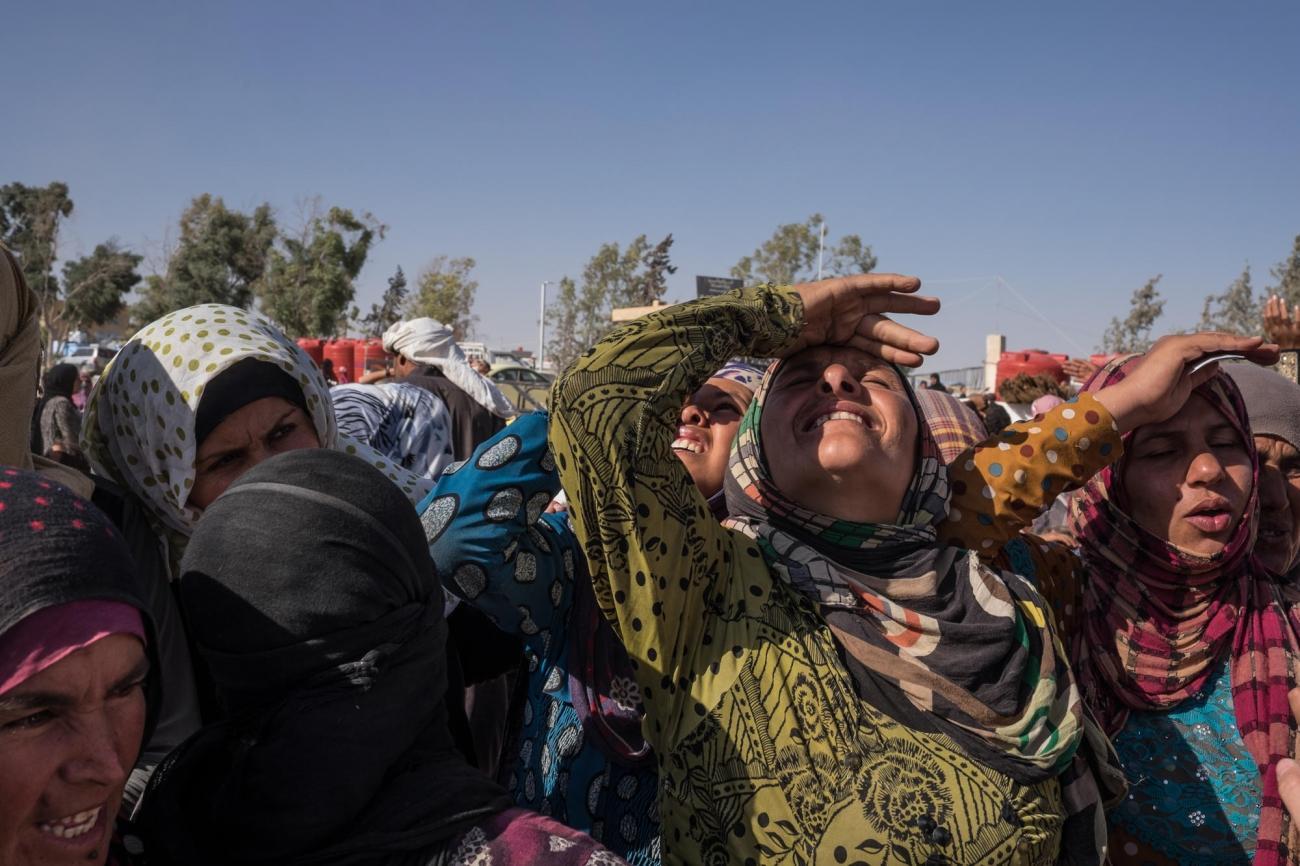 Des femmes du camp d'Aïn Issa regardent un avion militaire voler à basse altitude en direction de Rakka.  © Agnes Varraine-Leca