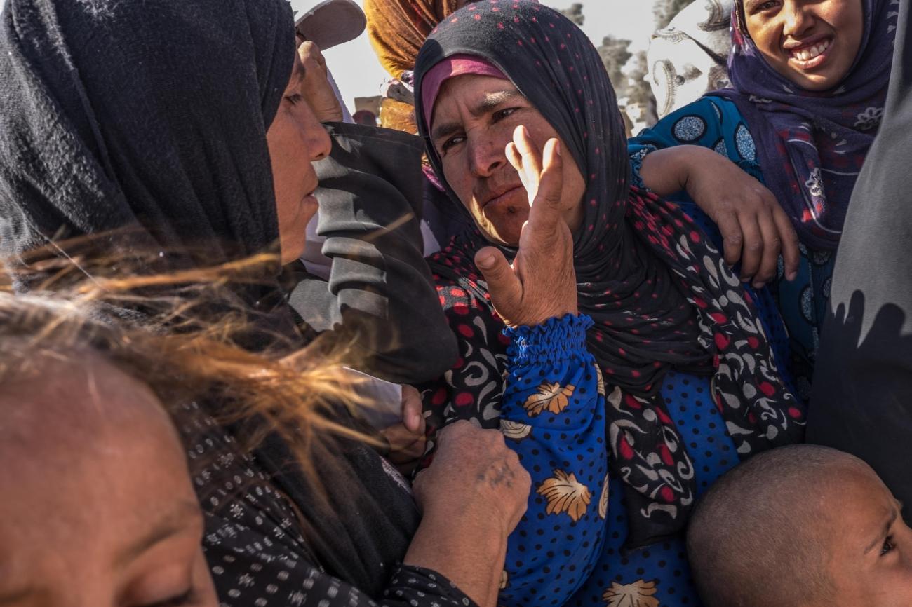 Deux femmes discutent lors d'une distribution de nourriture dans le camp d'Aïn Issa.  © Agnes Varraine-Leca
