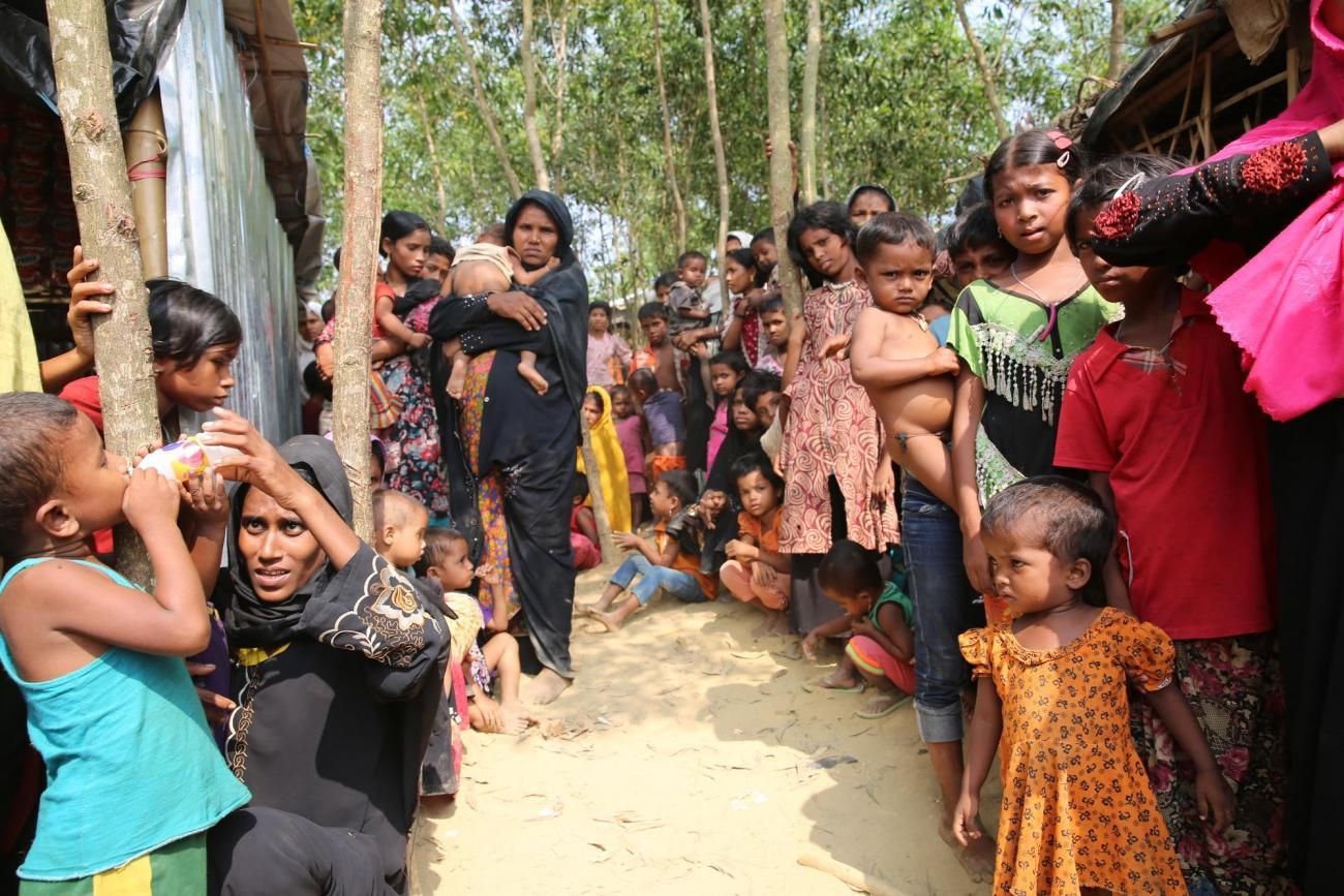 Des femmes et des enfants attendent pour bénéficier de l'assistance de l'UNICEF.  © Mohammad Ghannam/MSF