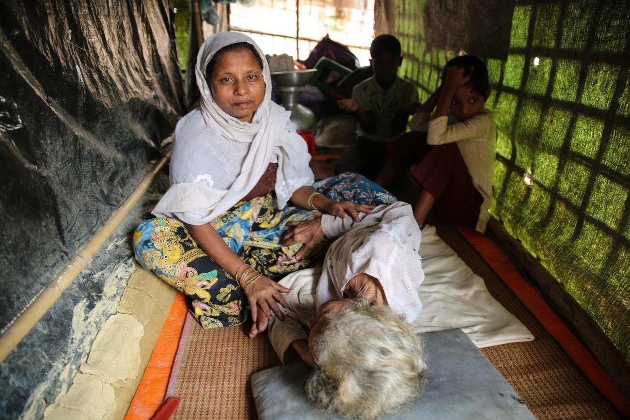 Dilaforuz, agée de 100 ans, respire difficilement à cause d'un asthme sévère, et ne peut manger que liquide.  © Mohammad Ghannam/MSF