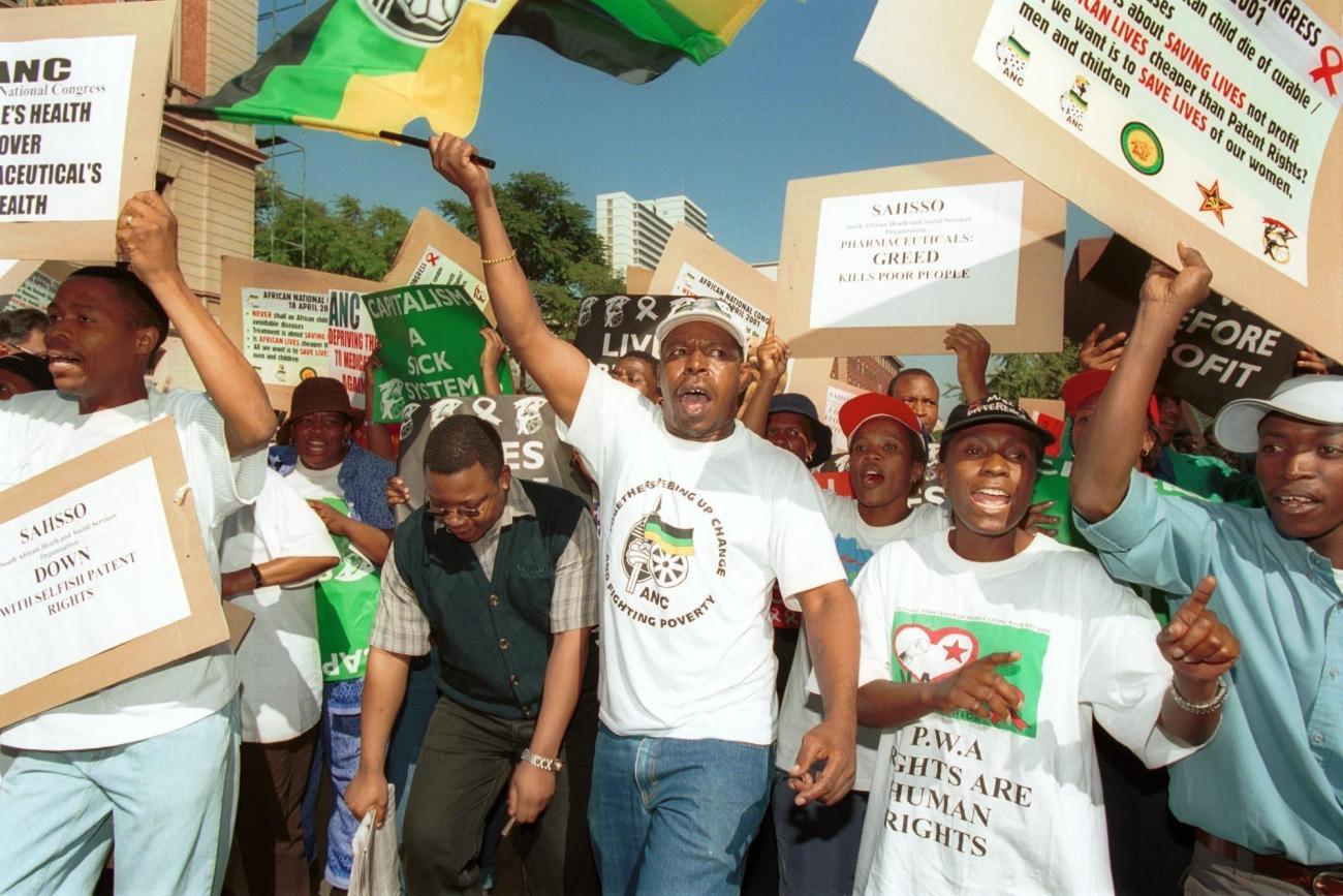 Des manifestants rassemblés devant la Cour suprême, 5 mars 2001, Pretoria, Afrique du Sud.  © Lori Waselchuk