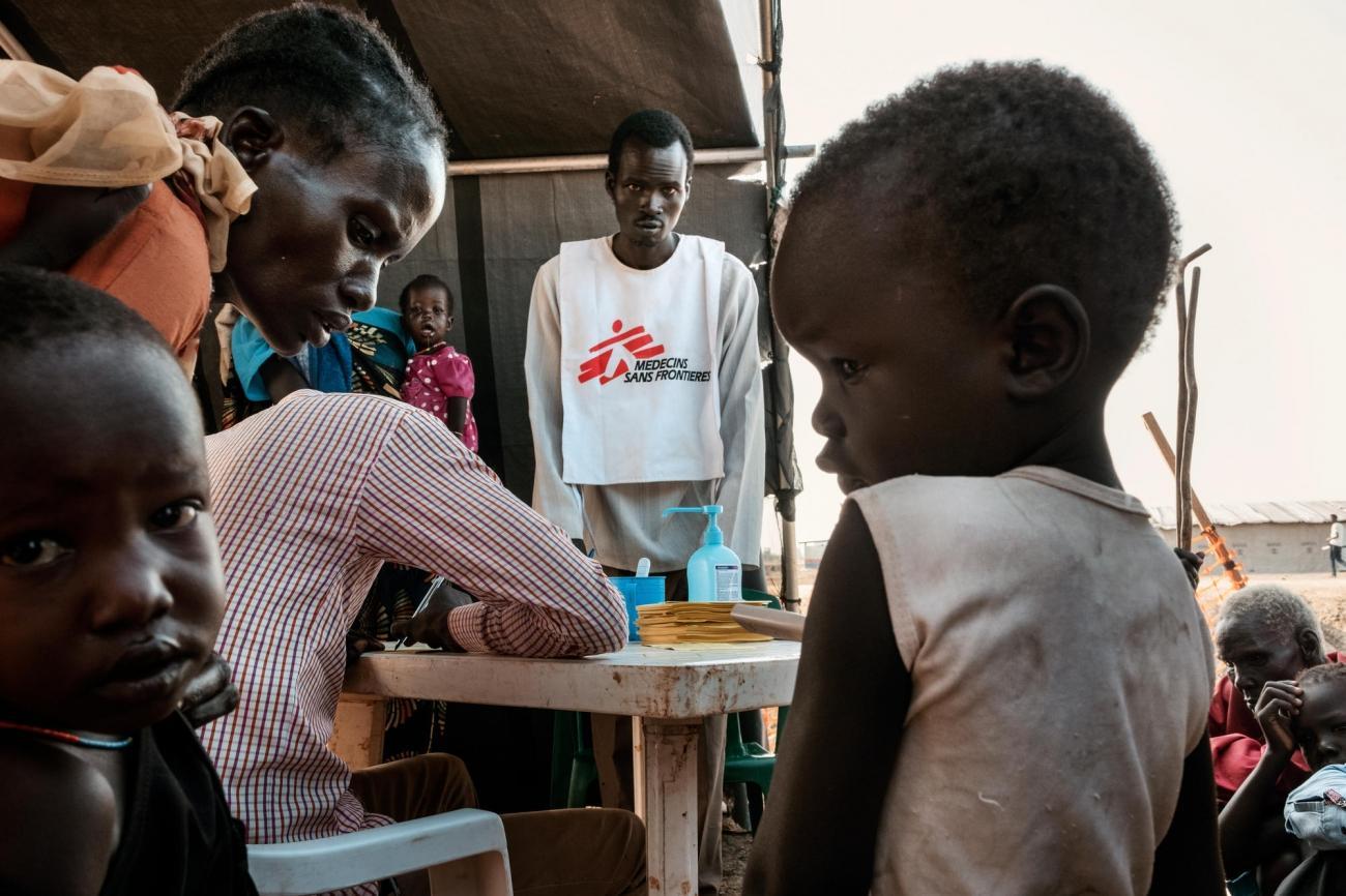Au plus haut de la saison du paludisme, MSF installe des petites tentes dans les zones résidentielles du camp de protection des civils afin de prendre en charge les cas avant qu'ils ne deviennent sévères.  © Peter Bauza