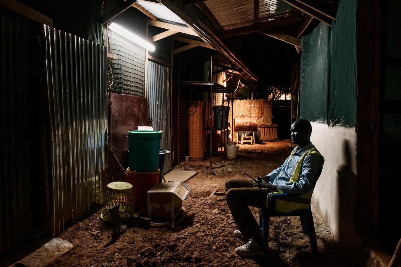 De nuit, un garde surveille l'hôpital et les infrastructures de MSF au sein du camp de protection des civils de Bentiu.  © Peter Bauza