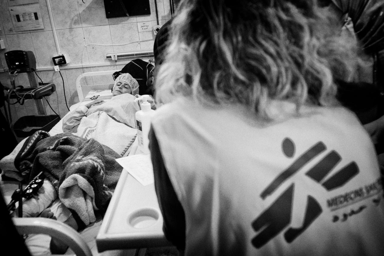 Une femme souffrant d'empoisonnement est dans un état grave. Elle est soignée par les équipes de MSF à l'hôpital de Tal-Abyad.  © Eddy Van Wessel