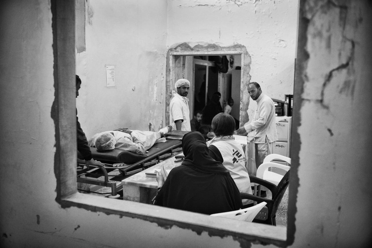 Un patient est transféré au bloc opératoire par les équipes médicales de MSF. Hôpital de Tal-Abyad.  © Eddy Van Wessel