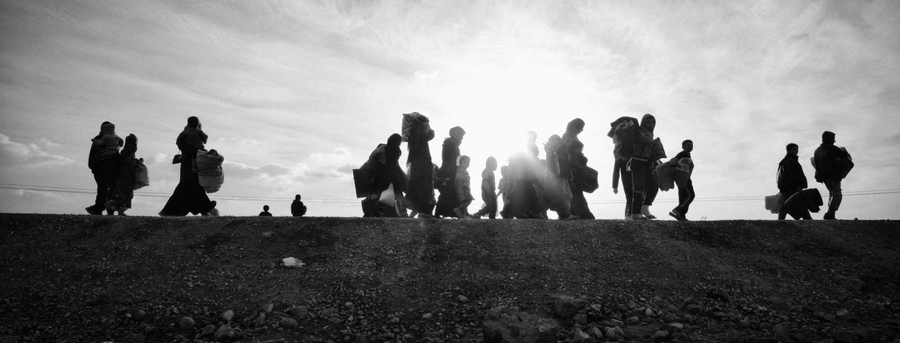 Des personnes arrivent en grand nombre avec leurs affaires dans le camp de déplacées d'Aïn Issa.  © Eddy Van Wessel
