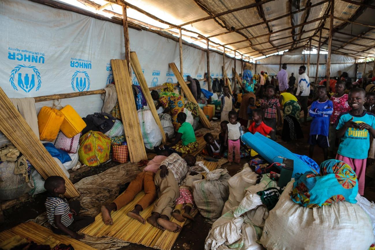 Au centre d'accueil à Kagoma, le processus d'inscription peut prendre plusieurs semaines. Beaucoup de nouveaux arrivants n'ont nulle part où dormir hormis dans des hangars de fortune faits de bois ou de bâches en plastique.  © Mohammad Ghannam/MSF
