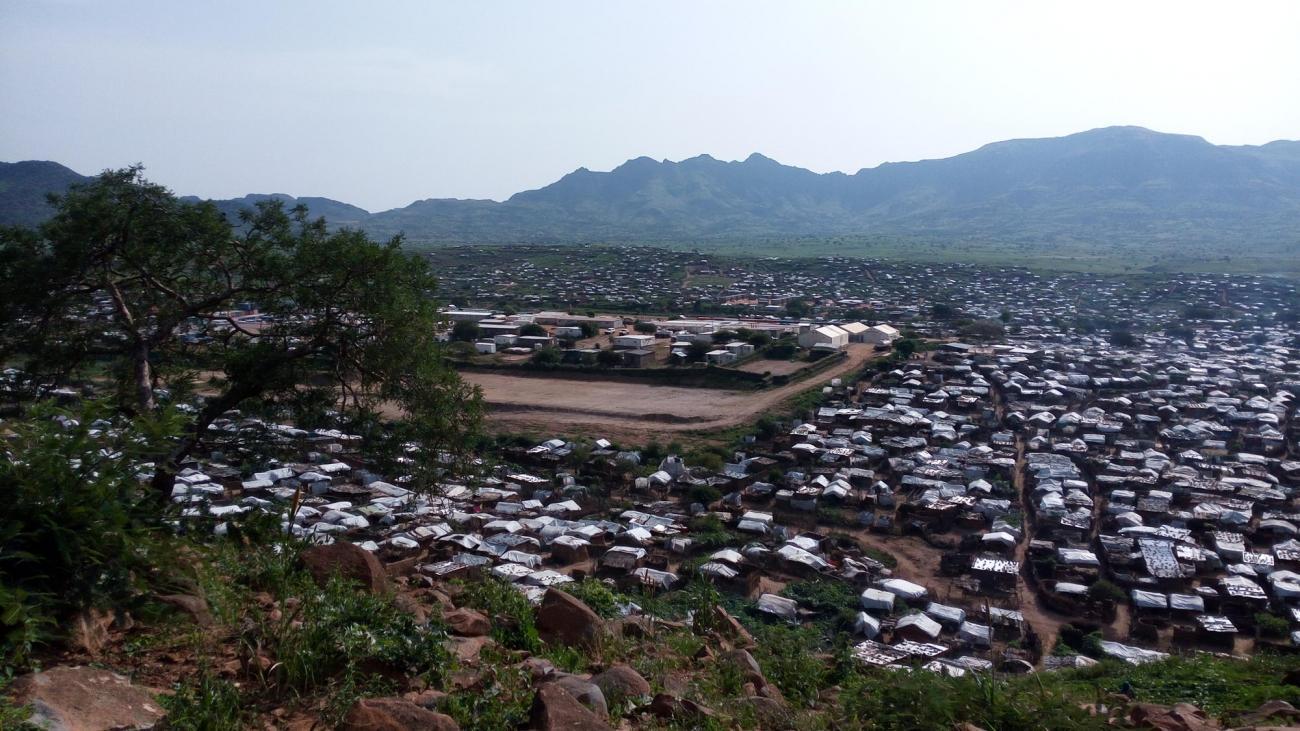 Une vue du camp de déplacés de Sortonyau Soudan. Il abrite quelque 23 000 personnes, dont la majorité sont arrivées en 2016 après le début des combats dans les montagnes du Djebel Marra.  © MSF