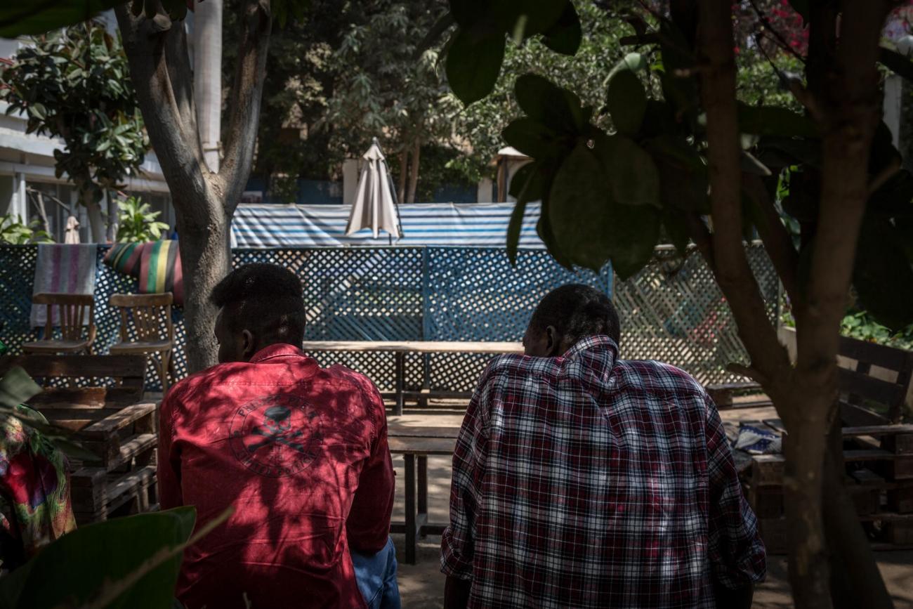 Des patients de la clinique de Maadi discutent dans la cour de l'établissement.Égypte. 2018.  © Sima Diab