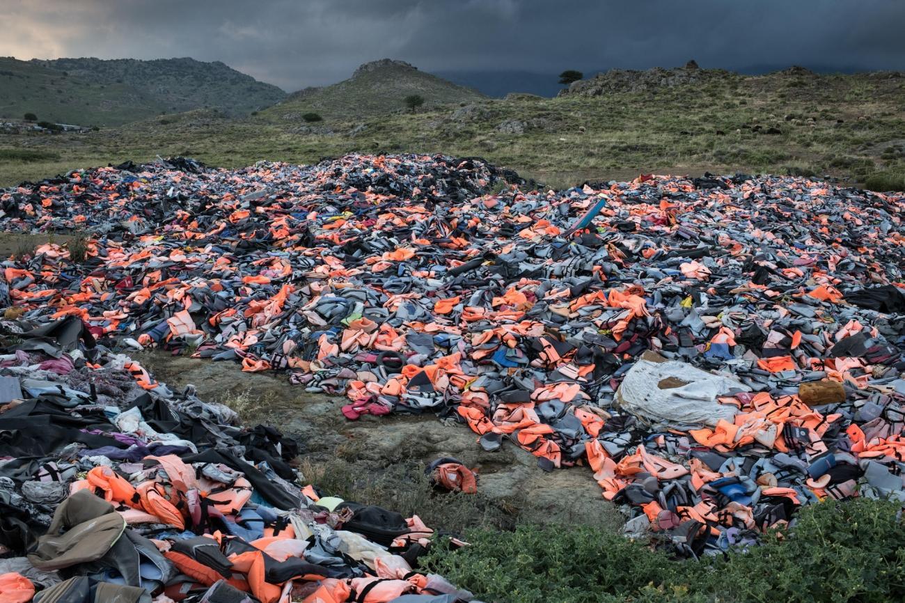 Des milliers de gilets de sauvetage laissés derrière eux par les migrants qui arrivent sur l'île de Lesbos. Grèce. 2018.  © Robin Hammond/Witness Change