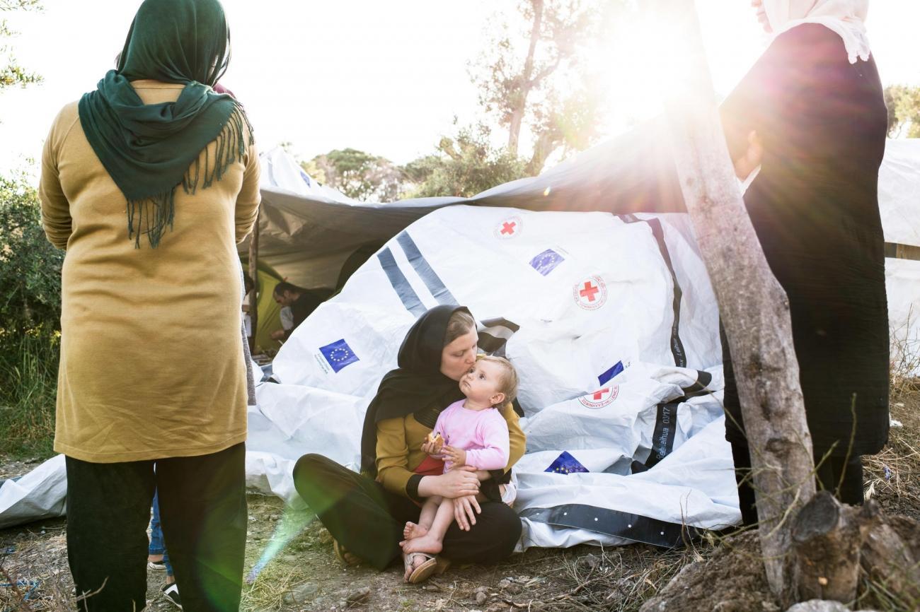 Une famille récemment arrivée depuis l'Afghanistan s'est installée dans l'extension informelle du campdénommée l'Oliveraie.Camp de Moria sur l'île de Lesbos. Grèce. 2018.  © Robin Hammond/Witness Change