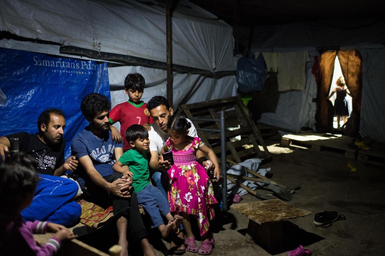 Une famille syrienne originaire de Deir ez-Zor, installée dans le camp depuis quelques mois. Ils ont quitté leur pays en 2017 après la destruction de leur quartier.Camp de Moria sur l'île de Lesbos. Grèce. 2018.  © Robin Hammond/Witness Change