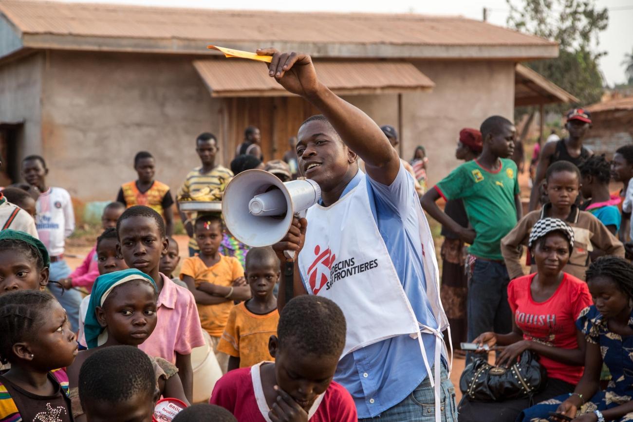 Sensibilisation des populations à la vaccination par les équipes de MSF. République centrafricaine. 2016.  © Pierre-Yves Bernard/MSF