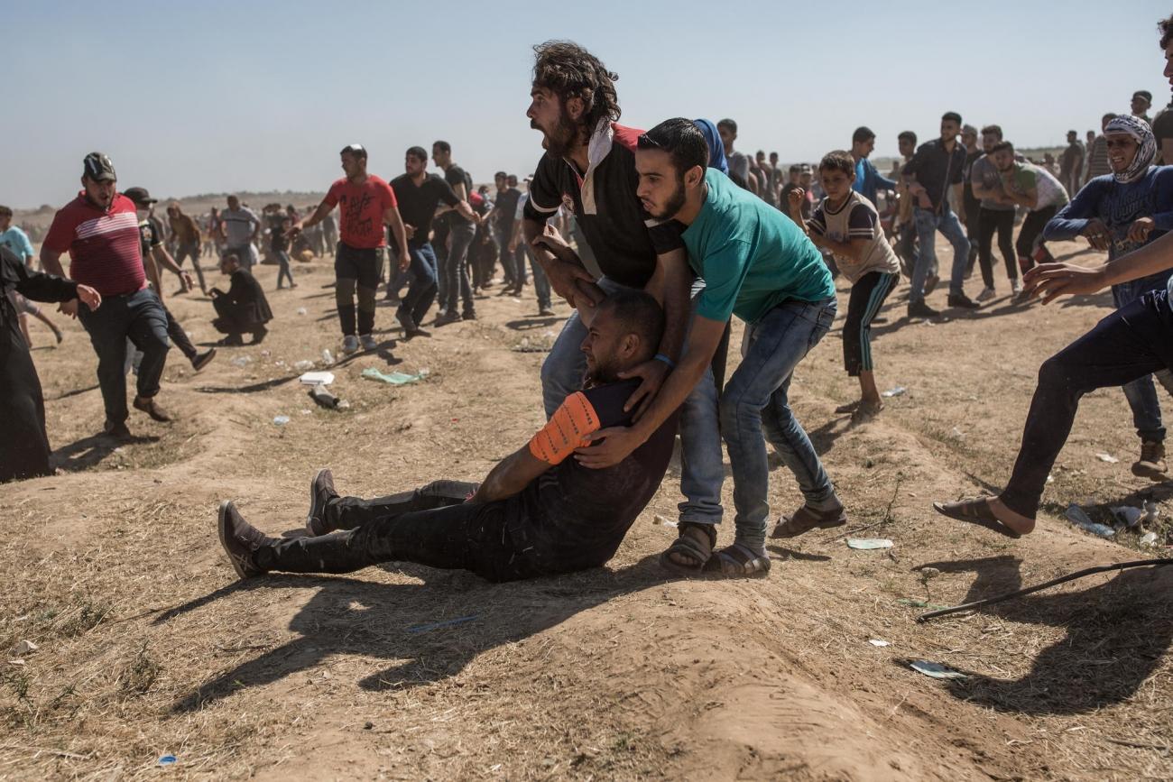 Manifestation du 14 maicontre l'ouverture de l'ambassade américaine à Jérusalem. Un manifestant vient d'être touché à la jambe. Bande de Gaza. 2018.  © Laurence Geai