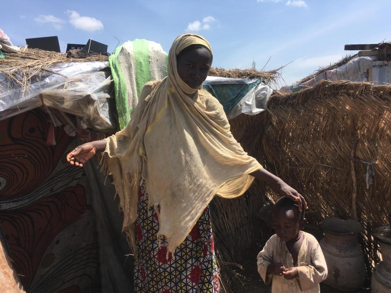 Zenaba, une femme d'une vingtaine d'années, vit depuis deux ans dans le terrain « de réserve» proche du centre thérapeutique nutritionnel de MSF à N'Djamena. Tchad. 2018.  © Anaïs Deprade/MSF
