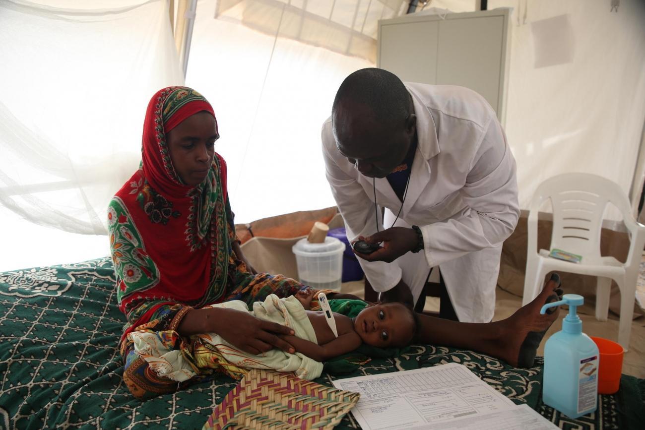 Un infirmier ausculte un enfant admis au centre nutritionnel thérapeutique de MSF. Les patients les plus sévèrement affectés doivent être auscultés toutes les demi-heures.Ceux qui vont vraiment mieux le sont toutes les quatre heures. Tchad. 2018.  © Mohammad Ghannam/MSF
